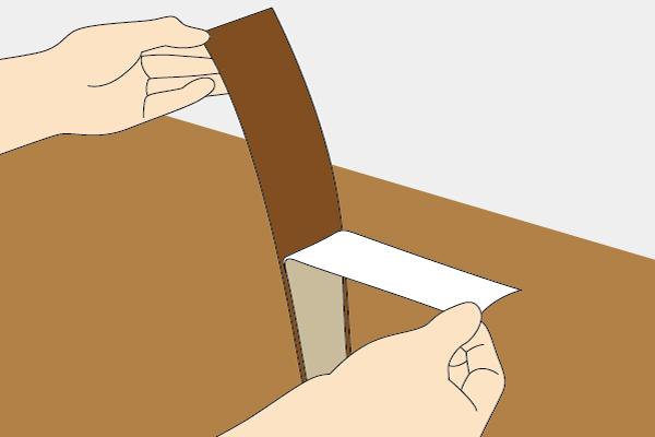 貼るだけ簡単巾木の裏面には粘着剤がついています。シールのように剥離紙をはがして貼り付けていくだけの簡単施工です。